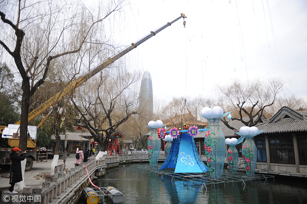 ▲2019年1月9日,济南,在天下第一泉趵突泉景区内,做事人员在园区内搭建灯架,安设各式猪年花灯。图片来自视觉中国。