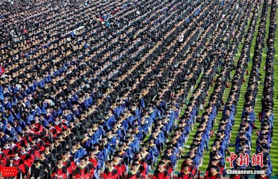 體測成績將影響大學本科生順利畢業。(資料圖:圖為2016年武漢大畢業典禮現場。中新社記者 張暢 攝)