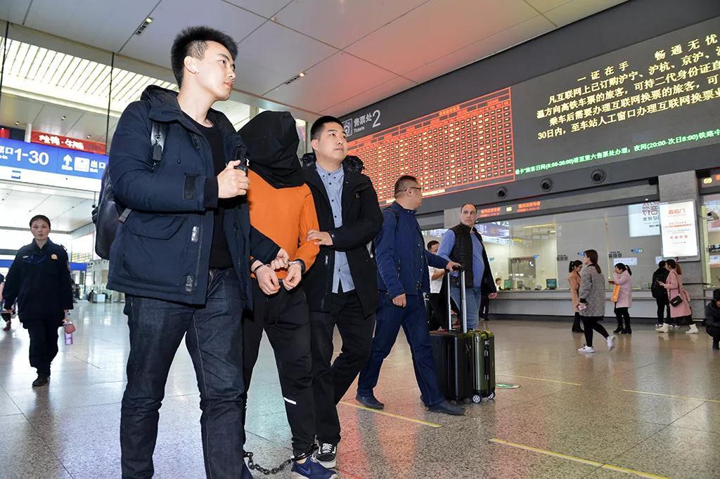 犯罪嫌疑人被押解回沪