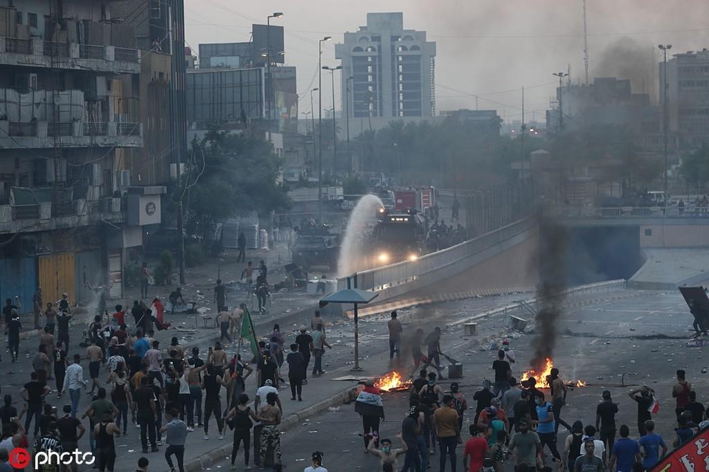 10月2日,伊拉克反政府游行,示威者放火焚烧路障 @IC Photo