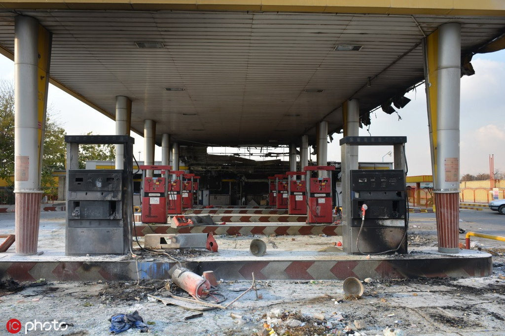 被示威者焚烧的一处伊朗加油站图源:@东方IC