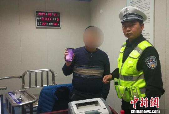 胡某向民警展示微信朋友圈视频 熊伟 图