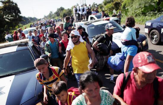 欲前往美墨边境的大批移民(图源:路透社)