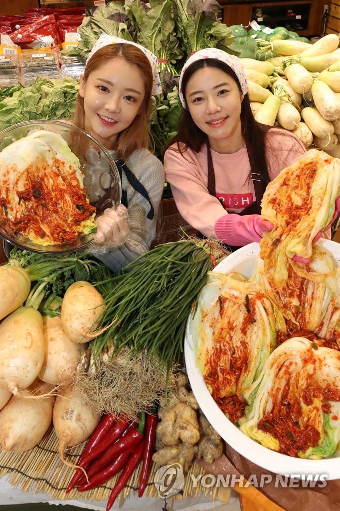 韩媒吐槽,吃的不是泡菜,是金菜。(韩联社)