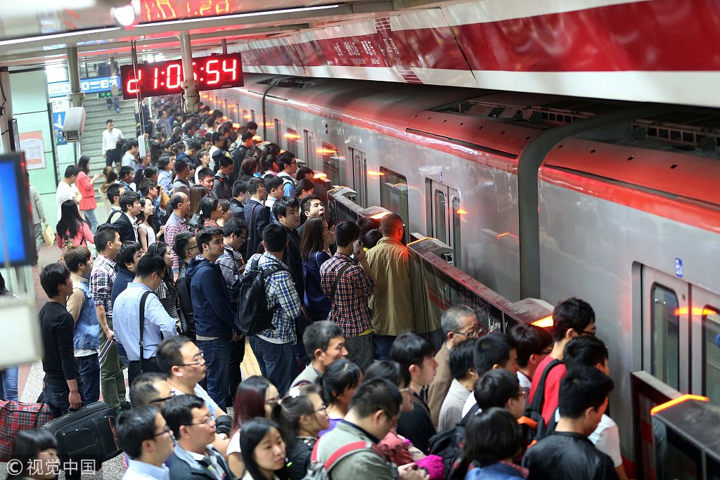 2014年4月14日,北京,晚9时地铁八通线四惠站地铁屏蔽门开起试运走。图片来源:视觉中国