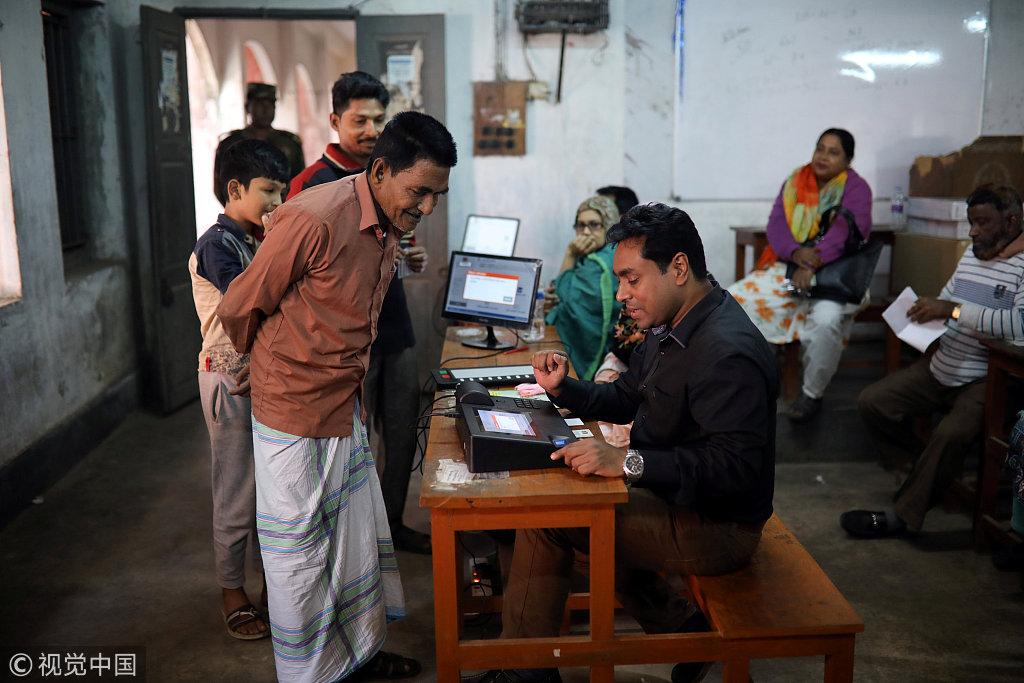 孟加拉选民正在熟识模拟投票机