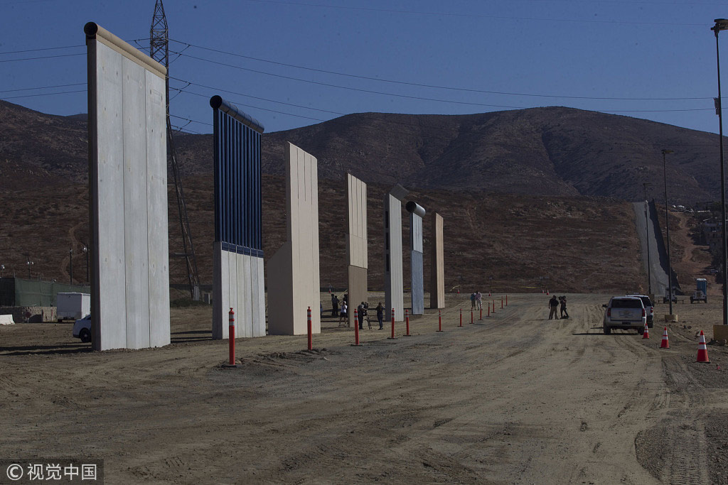 当地时间2017年10月26日,美国圣地亚哥,美国召开消息发布会,正式宣布美墨边境墙8栽原型落成 @视觉中国