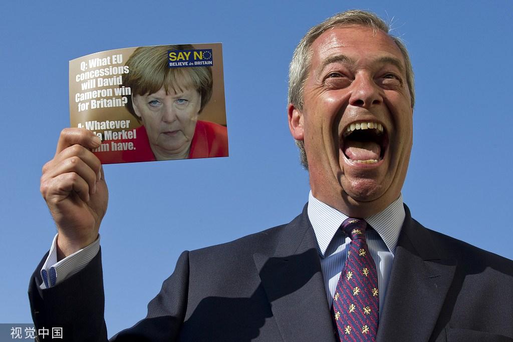 """法拉奇举着印?#24515;?#20811;尔的""""对欧盟说不""""宣传册 图片来源:视觉中国"""
