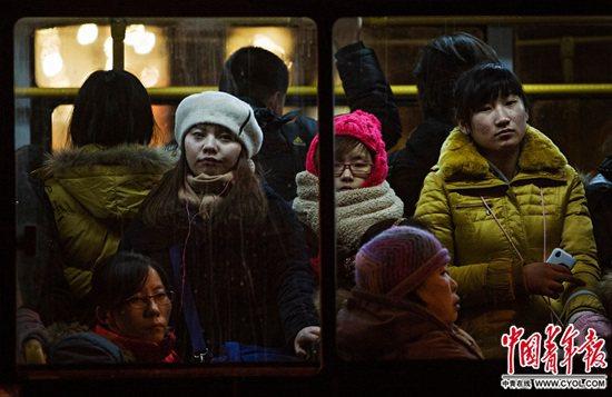 北京街头的公交车上,身陷下班晚高峰的人们,日复一日地忍耐着通勤压力。中国青年报・中青在线记者郑萍萍/摄
