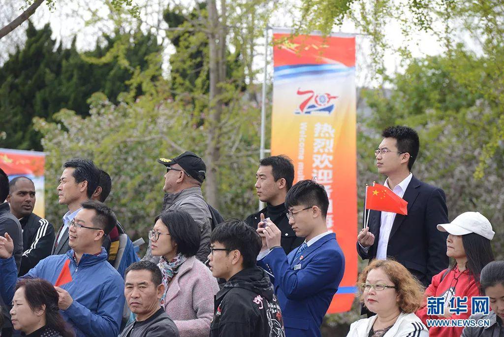 4月22日,庆祝中国海军成立70周年中外海军联合军乐展示在青岛五四广场举行。中外舰艇官兵、青岛市民等1200余人观看了演出。新华网记者 陈竞超 摄