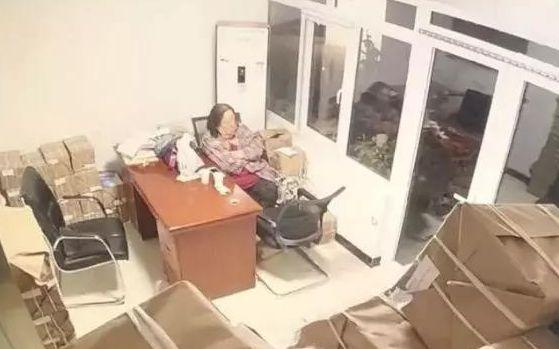 黄奕带女儿爬长城 母女俩好开心