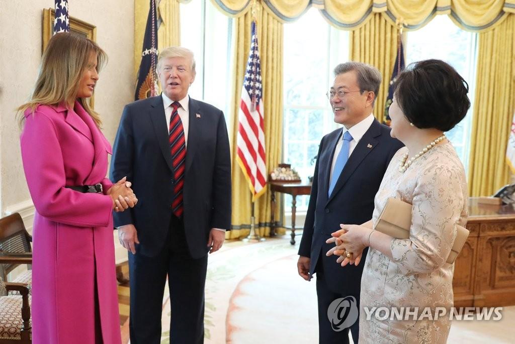 当地时间11日,韩美领导人夫妇在白宫座谈。(韩联社)