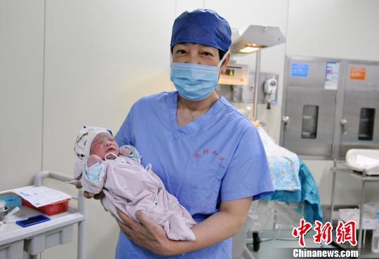 重达3030g的宝宝在出生评分中获得满分。 芊烨 摄
