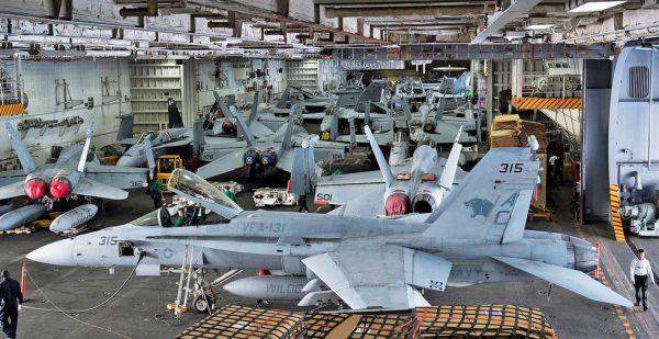 """原料图:美军航母""""里根""""号的机库。"""