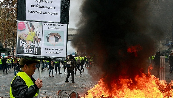 2018年11月24日,法国巴黎,法国民众继续走上街头抗议燃油价格上涨。图片来源:视觉中国