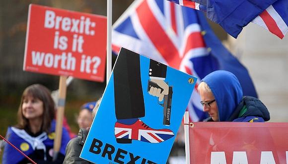 2018年12月6日,英国伦敦,声援和指斥英国脱欧的示威者在伦敦集会示威。图片来源:视觉中国