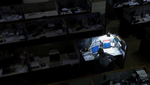 办公室的添班者(图片来源:视觉中国)