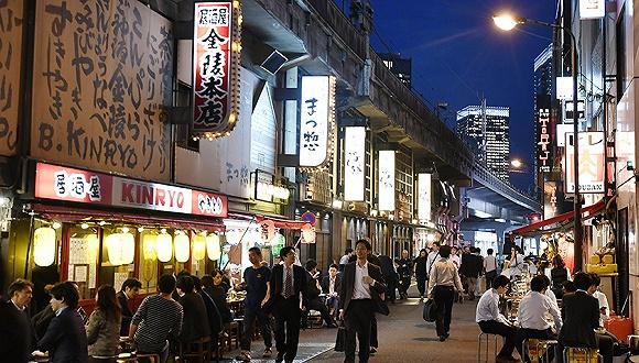 日本东京,放工后的公司职员在有笑町一条幼径里的喝酒吃饭。 图片来源:视觉中国