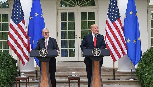 ▲资料图片:2018年7月25日,华盛顿,特朗普和容克在会见记者时表示将致力于消除关税和贸易壁垒。(视觉中国)