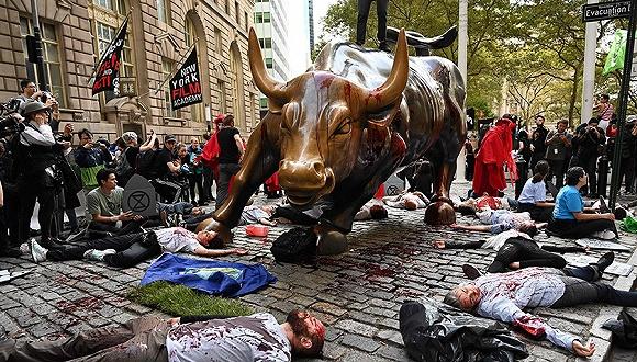 """""""慘遭""""潑血砸耳后 華爾街銅牛可能真要搬家了"""