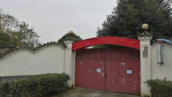嘉年华门口的标志已经被拆除 赵孟摄