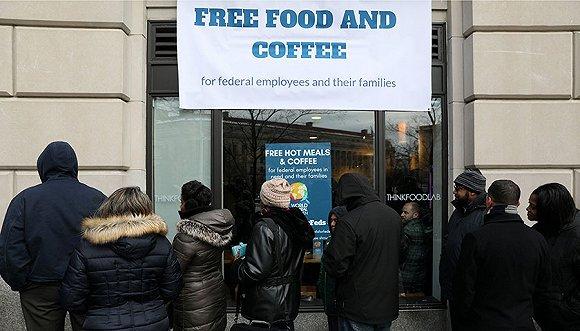 """2019年1月16日,美国华盛顿,非营利组织""""世界中央厨房""""向因美国部分政府关门而受影响的公务员提供免费食物。"""