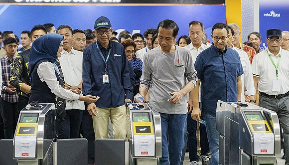 2019年3月24日,印尼总统佐科(中)在雅加达主持地铁通车仪式。图片来源:视觉中国