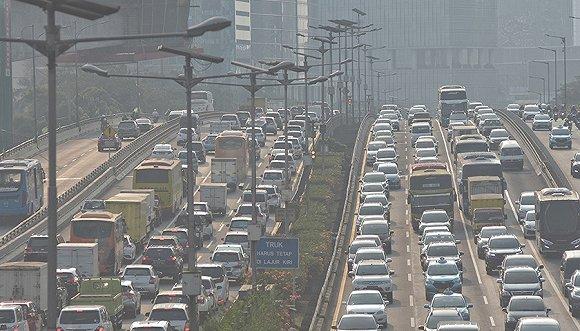 2019年8月2日,印尼雅加达街头的车流,当天的空气质量并不佳。图片来源:视觉中国