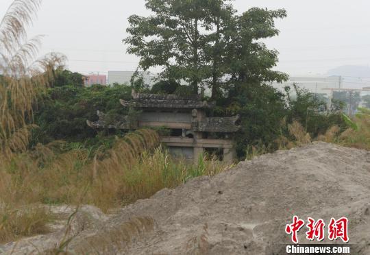 """""""御葬坊""""被当地石材企业堆放的淤泥废土淹没近半。 陈启任 摄"""