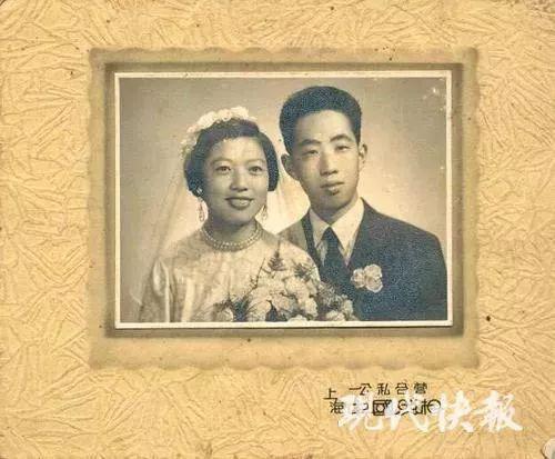 当年的结婚照上也是帅哥美女