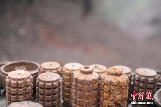 图为扫雷队展示搜排出的地雷。蒋雪林 摄