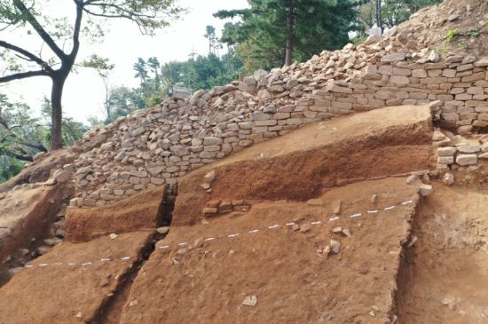韩国高阳市发掘的石城(《东亚日报》)