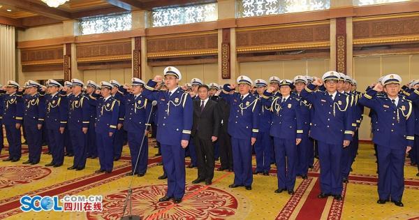 12月26日15时30分,在雄壮的国歌声中,全省综相符性消防声援队伍换装宣誓仪式在成都举走。
