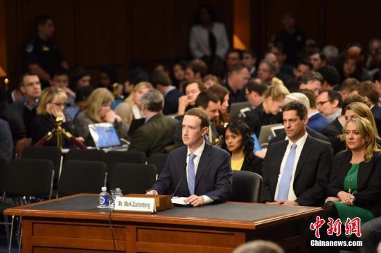 当地时间4月10日,美国社交媒体平台脸书的首席执行官马克·扎克伯格在美国参议院司法委员会和商业、科技和运输委员会举行的联合听证会上作证,并就脸书数据被滥用等问题道歉。 中新社记者 邓敏 摄
