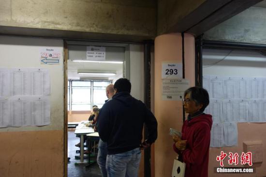 选民在巴西圣保罗一个投票站排队参加投票。中新社记者 莫成雄 摄