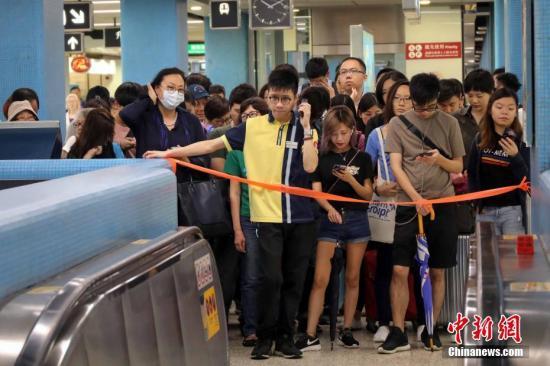 10月16日上午,由于香港港铁信号系统故障,港铁荃湾线,观塘线及港岛线列车需要减慢车速行驶,服务大受影响。港铁九龙塘站实施人流管制措施,大批上班市民受到影响,地铁站场面十分拥挤。中新社记者 谢光磊 摄