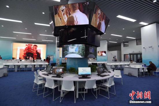 资料图:进博会新闻中心配备了移动新媒体直播平台和4G网络移动传输系统。张亨伟 摄