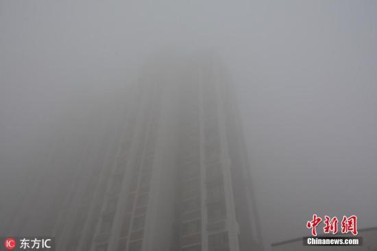 图为11月13日8时20分许,河北邯郸,从高处眺望一览无景,满目皆为白雾。赵晨光 摄 图片来源:东方IC