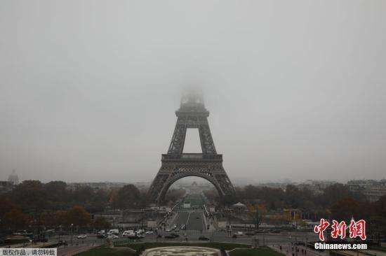 原料图:法国巴黎的标志性修建埃菲尔铁塔被大雾笼罩。