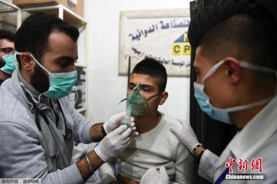 原料图:当地时间11月24日,逆当局武装毒气进攻叙利亚阿勒颇造成上百人窒息。