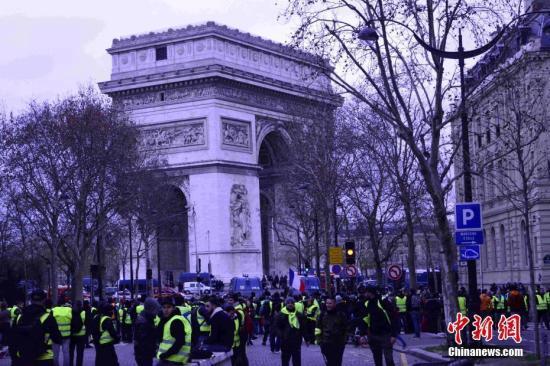 当地时间12月8日,巴黎发生新一轮大周围示威。这是巴黎不息第三个周六遭遇大周围示威,数以千计民多走上街头抗议。凯旋门附近戒备森厉,大批示威者与警察在凯旋门附近对峙。中新社记者 李洋 摄
