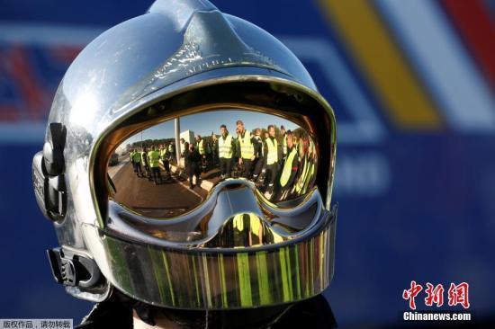 图为别名戴头盔的抗议者。