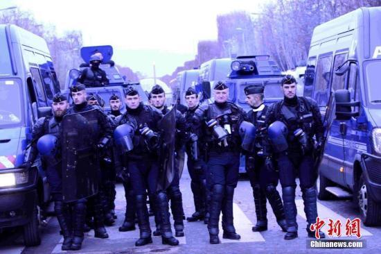 当地时间12月8日,巴黎发生新一轮大周围示威。这是巴黎不息第三个周六发生大周围示威,数以千计民多走上街头抗议,大批法国警察被安放在街头。中新社记者 李洋 摄