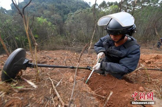 中越边境广西扫雷队(东线)搜排手正在作业 中新社记者 俞靖 摄