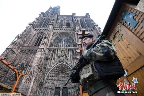 原料图:当地时间12月11日枪击案发生后,法国强化警戒,军队士兵进驻斯特拉斯堡市的景区。