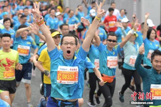 原料图:2018深圳国际马拉松。中新社记者 陈文 摄