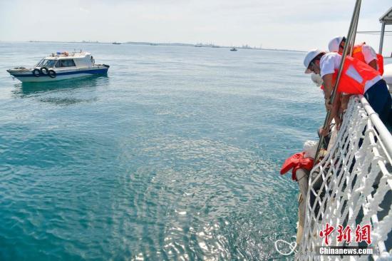 原料图片:海事做事人员将模拟落水失踪渔民成功救首。 骆云飞 摄