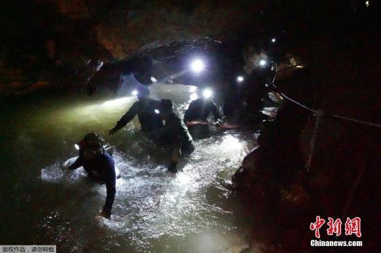 原料图:泰国清莱,潜水员对被困山洞的孩子们睁开营救。