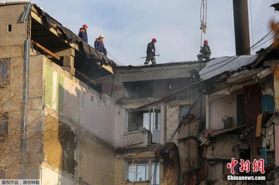 当地时间1月1日,声援人员在俄罗斯马格尼托哥尔斯克市因天然气爆炸片面倒塌的公寓大楼上进走声援做事。据外媒报道,这首事故发生于当地时间12月31日早晨约6时。由于当天是俄罗斯的公定伪日,因此事发那时众数居民仍在熟睡中。