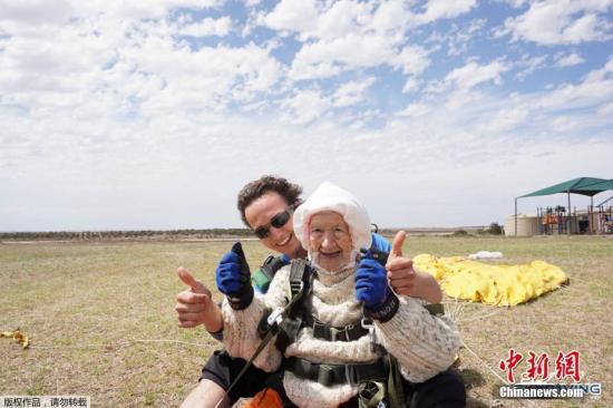 原料图:澳大利亚别名102岁高龄的老奶奶尝试跳伞行动。